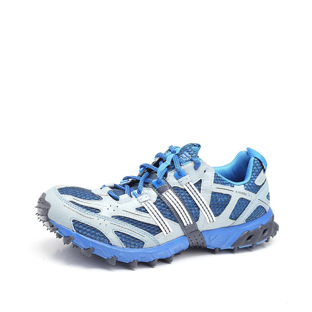 脚肥穿凉鞋图片